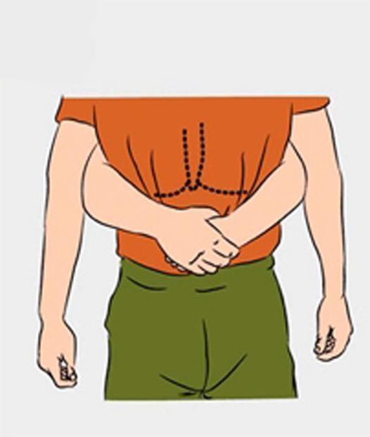 Обхватите пострадавшего сзади под реберной дугой